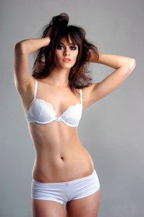 Sexy Dunkelhaarige in weißen Dessous