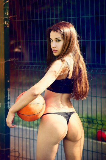 Sexy Girl mit Basketball