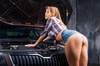 Sexy Girl repariert Auto