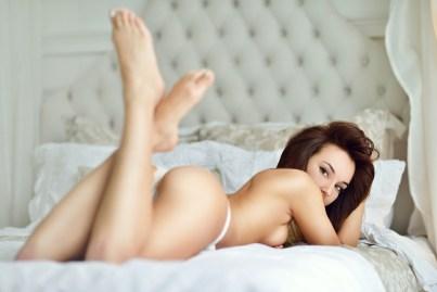 Sexy Girl lauert im Bett
