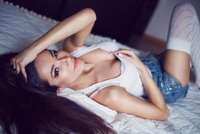 Sexy Girl chillt auf dem Bett