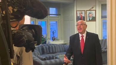 صورة السفير الفلسطيني ينتقد زيارة رئيسة الوزراء إلى إسرائيل.. وسط اهتمام إعلامي واسع  بتصريحاته