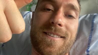 صورة في أول ظهور له من على سرير المستشفى.. اللاعب كرستيان يبعث رسالة لمشجعي المنتخب الوطني