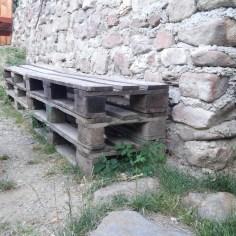Palety použité na sedenie