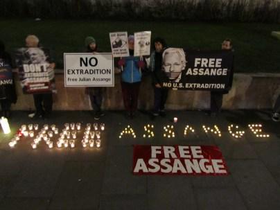 Bildergebnis für Assange-Mahnwachen nötiger denn je!