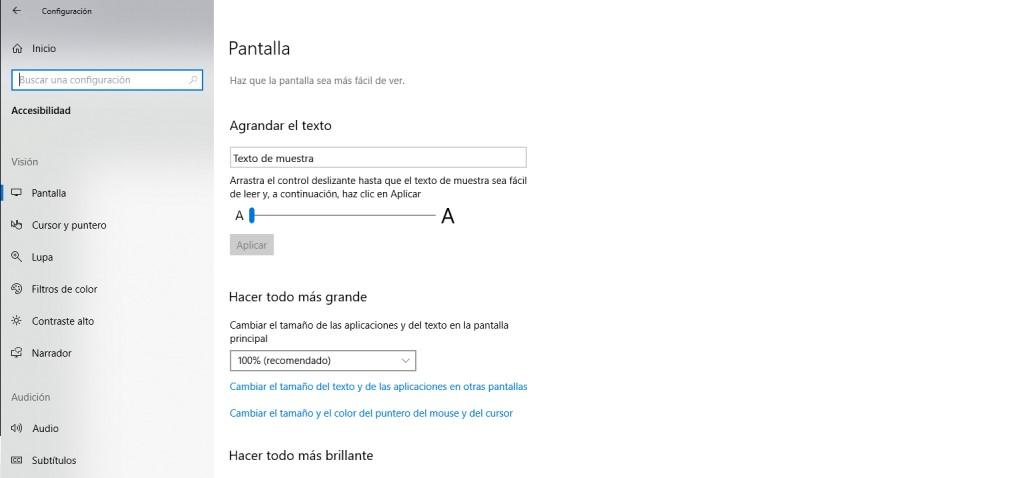 Pantalla de configuración de accesibilidad en Windows 10. Muestra opciones para agrandar texto y pantalla, entre otros.