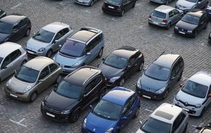 Pkw angefahren und abgehauen – Beifahrer beobachtet das Szenario