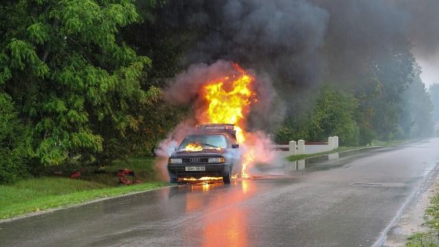 Brennendes Auto (Symbolbild Pixabay)