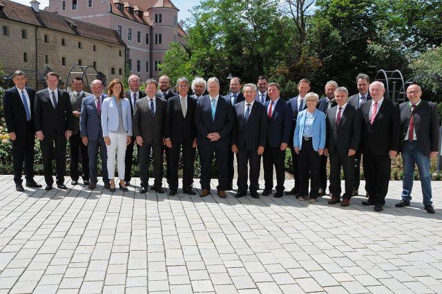 v.li.: Dr. Georg Haber (Präsident Handwerkskammer Niederbayern/Oberpfalz), Dr. Jürgen Helmes (Hauptgeschäftsführer IHK Regensburg für Oberpfalz/Kelheim), Thomas Ebeling (Lkr. Schwandorf), Willibald Gailler (Lkr. Neumarkt), Tanja Schweiger (Lkr. Regensburg), Franz Löffler (Lkr. Cham), Dr. Johann Keller (Geschäftsführendes Präsidialmitglied Bayerischer Landkreistag), Andreas Meier (Lkr. Neustadt/WN.), Regierungspräsident Axel Bartelt (Oberpfalz), Wolfgang Lippert (Lkr. Tirschenreuth), Richard Reisinger (Vorsitzender Bezirksverband Oberpfalz, Lkr. Amberg-Sulzbach), Michael Fahmüller (Lkr. Rottal-Inn), Franz Meyer (Vorsitzender Bezirksverband Niederbayern, Lkr. Passau), Sebastian Gruber (Lkr. Freyung-Grafenau), Christian Bernreiter (Präsident Bayerischer Landkreistag, Lkr. Deggendorf), Regierungspräsident Rainer Haselbeck (Niederbayern), Rita Röhrl (Lkr. Regen), Josef Laumer (Lkr. Straubing-Bogen), Peter Dreier (Lkr. Landshut), Alexander Schreiner (Hauptgeschäftsführer IHK Niederbayern), Heinrich Trapp (Lkr. Dingolfing-Landau), Martin Neumeyer (Lkr. Kelheim) Foto: Christine Hollederer