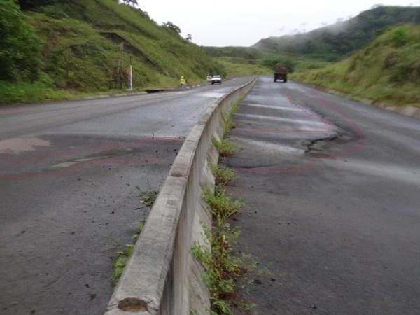 Fisura y hundimiento en el km 21 de la nueva vía a San Carlos. El proyecto vial aún no se ha finalizado