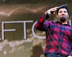 """Chino Moreno publica tema en solitario para el soundtrack de """"Dark Nights: Metal"""" para DC Comics"""