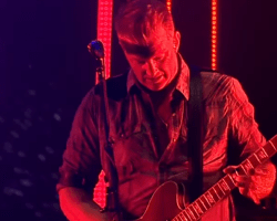 """VIDEO: Queens Of The Stone Age dedica """"Long Slow Goodbye"""" en honor a Anthony Bourdain"""