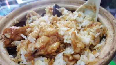 House of Fins 官翅 - Chicken Claypot Rice mixing the sauce