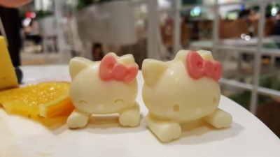 Hello Kitty Orchid Garden Cafe at Changi Airport Terminal 3, Singapore - Hello Kitty Mascot in White Chocolate on the desserts