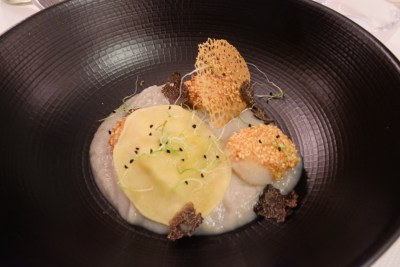 Le Court Debout In Lille, A Restaurant in Michelin Guide - Saint Jacques saisies au sesame, cremeux de topinambours, raviole de coquillages (€12)