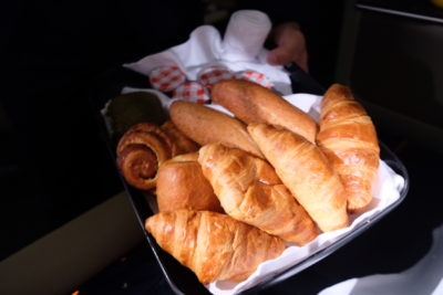 Business Class On A380 Singapore Airlines, SQ336 From Singapore To Paris - Assorted Bread Rolls and Breakfast Pastries