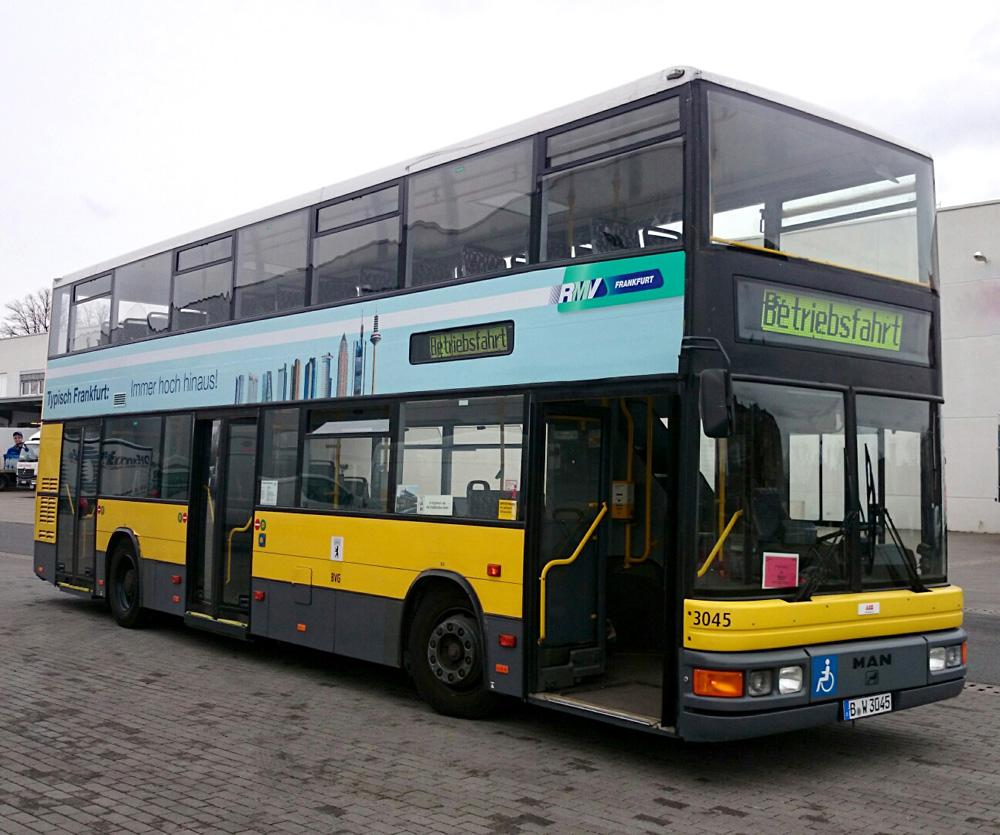 Der Berliner Doppeldecker beklebt mit Werbung für den Testeinsatz in Frankfurt. Foto: traffiQ