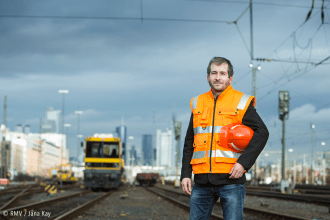 Arbeiter vor Skyline. Bild: © RMV / Jana Kay