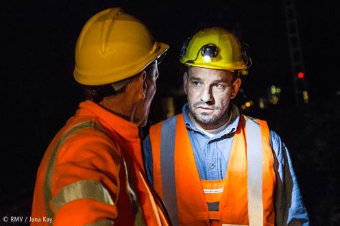 Gespräch von Bauarbeitern bei Helmlicht. Bild: © RMV / Jana Kay