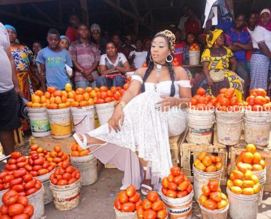 "Photos Of Victoria Kimani Serving Her ""STEW"" With Basket of Tomatoes"