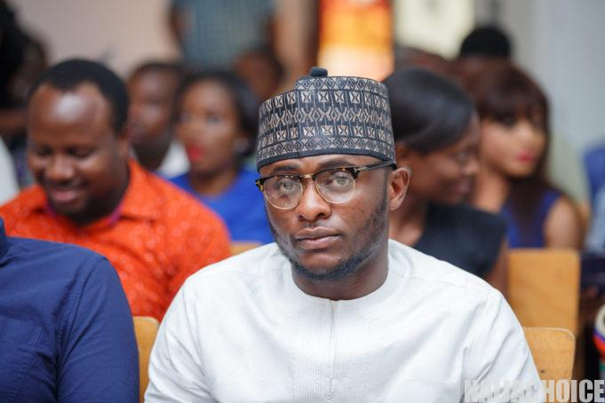"""""""No mineral?""""- Woman asks as Ubi Franklin shares free food in her neighbourhood (Video)"""