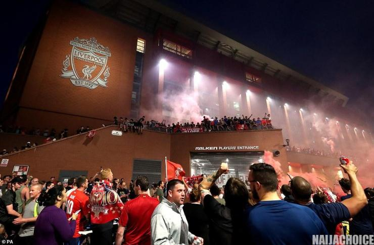 Thousands Of Liverpool Fans Defy Social Distancing To Celebrate Their Victory (Pics)