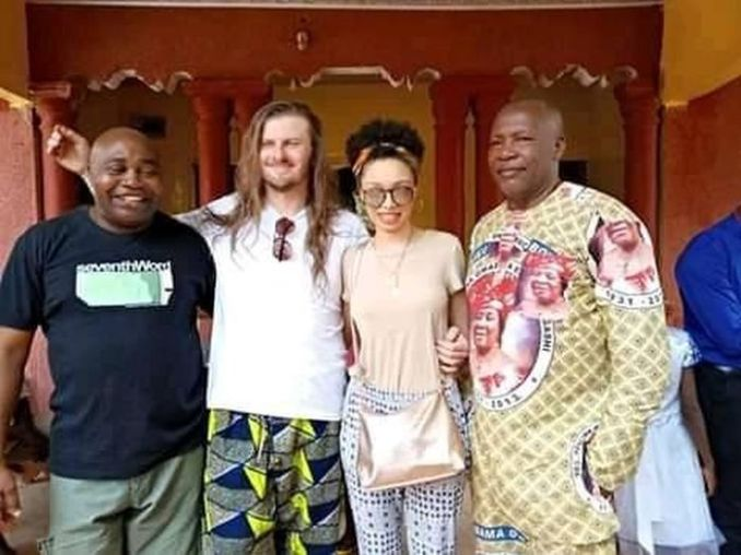 THIS IS TRENDING!! White Man Wears Slippers At His Traditional Wedding To Nigerian Lady In Enugu (Photos) 4