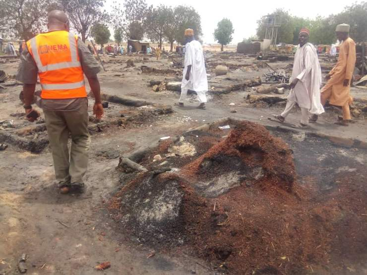 EYzeWJ7XQAErTHW - One Dead, Many Injured And Property Destroyed As Fire Ravages IDP Camp In Borno (Photos)