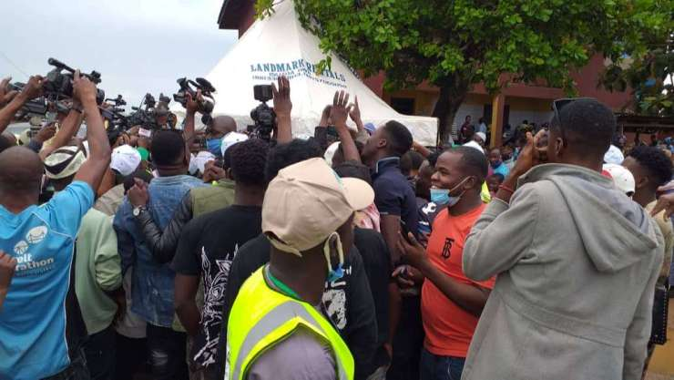 #OndoDecides2020: Chaos As Akeredolu Attempts To Address Journalists After Voting