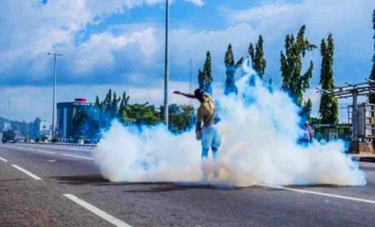 Boldman 2 - #ENDSARS: Man Displays Boldness, Throws Tear Gas Canister On Policemen [Photos]