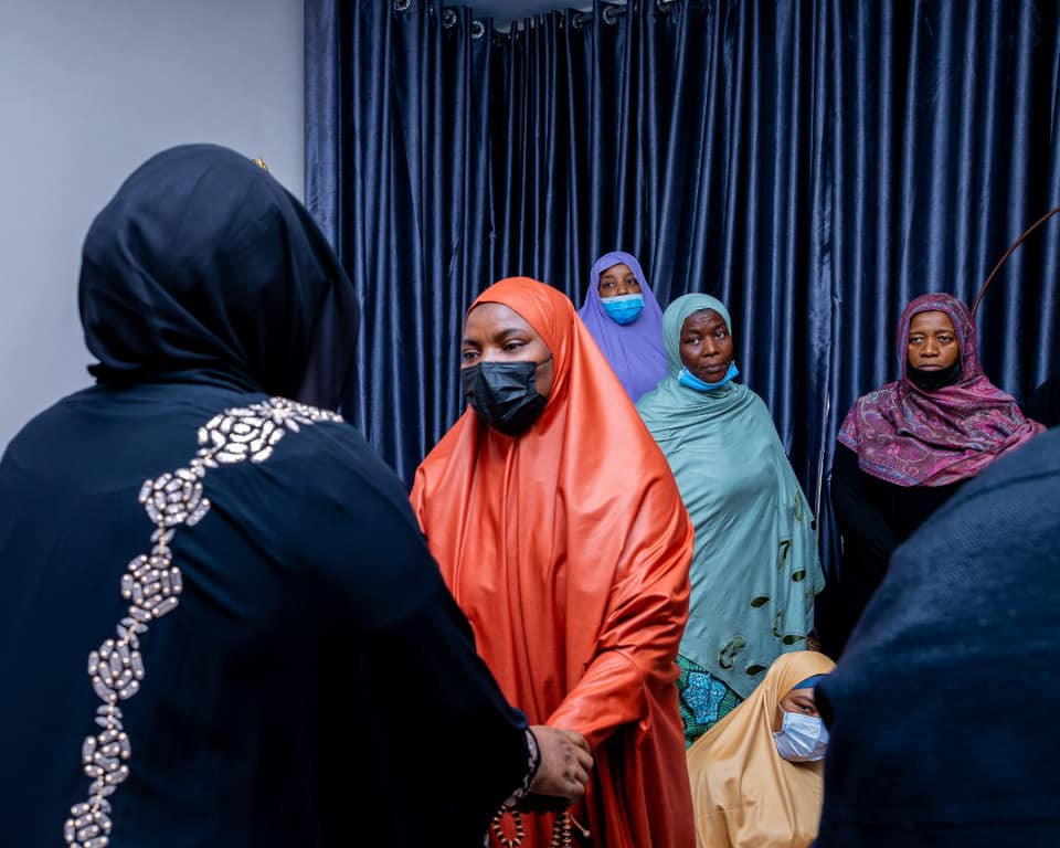 Aisha Buhari and her children pay condolence visit to the family of late COAS (photos)