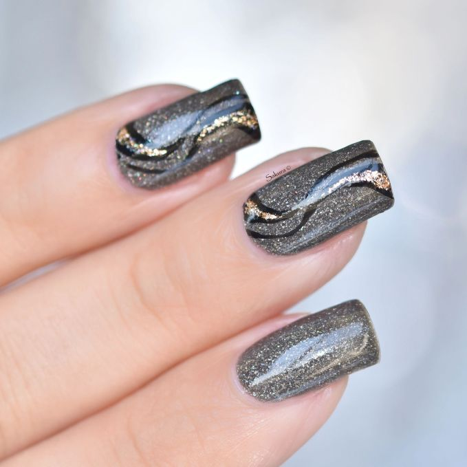 nail-art-stries-or-et-noires-4