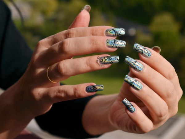 NAIL ART ARABESQUES SUR HOLO 5