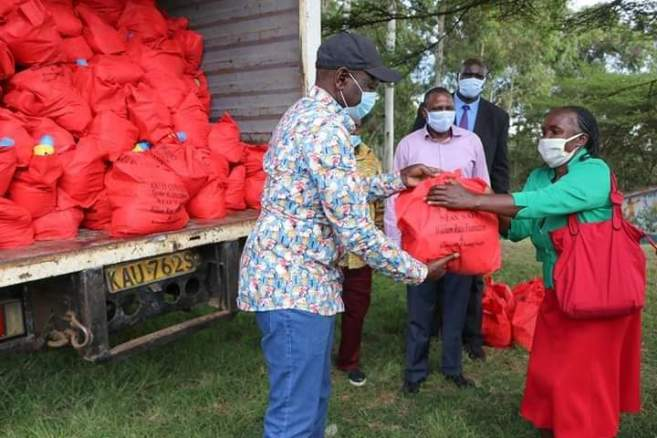 DP Ruto Fearlessly Steps Out And Offers Food Donation in Uhuru's Backyard.