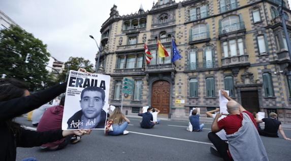 Sentada en frente la Subdelegación del Gobierno español en Bilbo. (Aritz LOIOLA/FOKU)