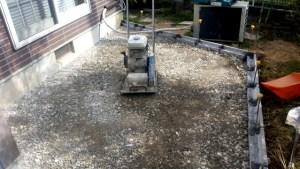 砕石を填圧しながら盛土しています。