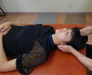 女性の患者への施術中の写真