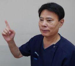 経絡整体の指差し確認をする男性の写真