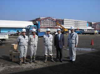 左から、川島主任、山口主任、 現場代理人の佐貫さん、中山社長、吉田部長