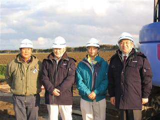 左から協力会社の豊和工業職員の三國さん、 尾崎部長、遠藤さん中山社長