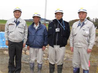 左から 中山社長、竹垣主任、木村技術員、佐藤係長