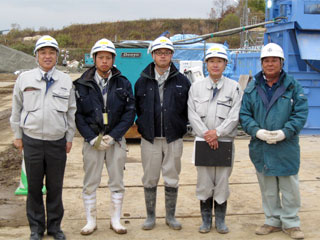 左から 中山社長、得地技術員、廣木主任、川津工事課長、 豊和工業(株)職長 三國さん