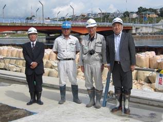 左より、熊谷道東営業所長、菅現場代理人(葵建設)、佐々木係長、中山社長