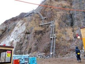 急な斜面での作業の様子(1)