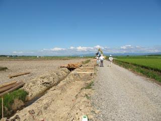 水路工事の作業風景