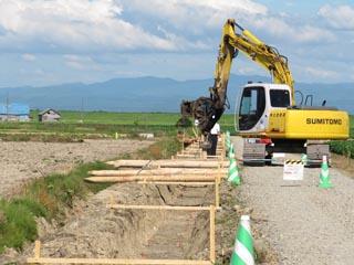 水路工事の杭打ち作業風景