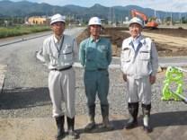 左から、佐藤現場代人、新成建設(株)の加藤社長、中山社長