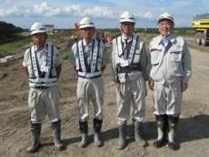 左から、馬場主任、川西現場代人、 八田技術員、中山社長