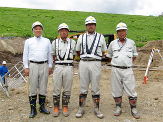 左から中山社長、阿部主任、石澤係長、田中課長