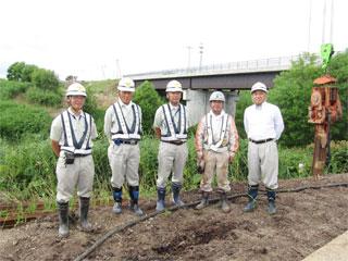 左から日置さん、山田課長、佐藤課長、 (株)原田重機 原田さん、中山社長
